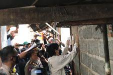 Keliling Kampung Makasar, Kombes Sambodo Tempel Stiker di Rumah Warga - JPNN.com