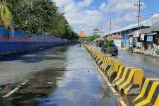 Dampak Gerhana Bulan Total, Jalanan di Pesisir Surabaya Dilanda Banjir Rob - JPNN.com