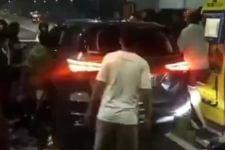 Pengemudi Fortuner Kabur Usai Tabrak Gerobak, Diadang Massa di Gerbang Tol, Tegang, Videonya Viral - JPNN.com