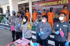 AKBP Sumarni Menunjukkan Barang Bukti Milik Geng Motor, Ngeri - JPNN.com