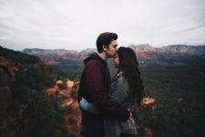 5 Hal yang Dipikirkan Pria Saat Mencium Kekasihnya - JPNN.com