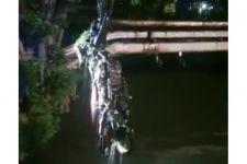 2 Motor yang Dibuang di Pintu Air Sawah Besar Imbas Bentrokan Ojol dan Debt Collector Dievakuasi - JPNN.com