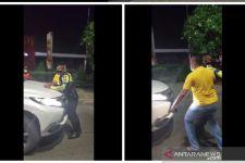 Pria Berbadan Besar Turun dari Mobil, Terobos Penyekatan, Begini Penampakannya - JPNN.com
