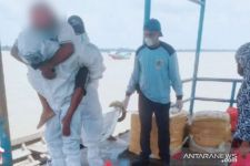 Bripka Dedek Melakukan Aksi Kemanusiaan, Pakai APD, Mengevakuasi Pasien Suspek Covid-19 - JPNN.com