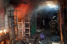 Kebakaran Hanguskan Toko Sembako dan Warung Tempe di Pasar Induk Kramat Jati - JPNN.com