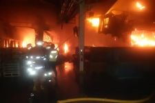 4 Jam Damkar Berjibaku Padamkan Kebakaran Pabrik Kampas Rem di Jakut, Apinya Gede Banget - JPNN.com