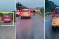 Sungguh Tega, Pengendara Mobil ini Ogah Beri Jalan untuk Ambulans yang Lewat, Lihat Aksinya - JPNN.com