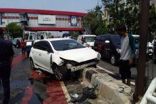 Toyota Yaris Hantam Pembatas Jalan, Lihat, Begini Kondisinya - JPNN.com
