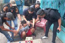 Lihat Itu, 5 Polisi Menangkap Pria yang Aksinya Viral di Medsos - JPNN.com