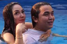 Dalam Kolam Renang, Billy Syahputra Dipeluk Perempuan Berbikini - JPNN.com