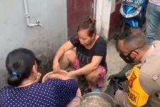 Emak-Emak Asyik Mengobrol Tanpa Bermasker, Pak Kapolsek di Samping Mereka, Selanjutnya... - JPNN.com