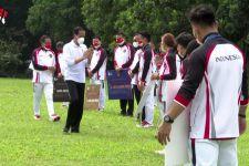 Keren, Usai Prosesi Penyerahan Bonus, Presiden Jokowi Beli Sepatu Buatan Greysia Polii - JPNN.com