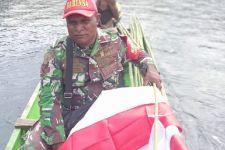 Personel TNI Ini Patut Dijadikan Contoh, Beli Bendera Pakai Uang Sendiri, Membagikannya Menggunakan Perahu - JPNN.com
