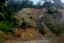 Jalan Padang-Bukittinggi Tertutup Tanah Longsor, Hati-hati - JPNN.com
