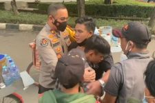 Pedagang Kopi Keliling Berkelahi di Jalan, Kompol Beddy Turun Tangan, Lihat yang Terjadi - JPNN.com