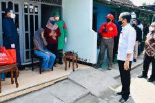 Lihat Nih, Jokowi Sampai Door to Door di Gang Tengok Masyarakat Divaksinasi - JPNN.com