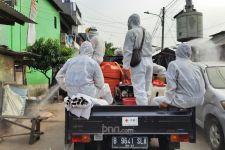 PMI Jakarta Timur Lakukan Penyemprotan Disinfektan di Bekas Zona Merah Covid-19 - JPNN.com