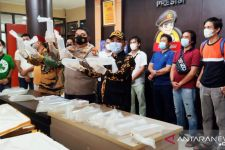 Petugas Geledah Xenia yang Terparkir di Pinggir Jalan, Ditemukan 13 Kotak, Ini Isinya, Wow - JPNN.com