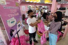 Dukung Percepatan Vaksinasi di Surabaya, Deliwafa Bagikan Ratusan Tas Cantik Pada Pengunjung - JPNN.com