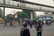Bentrok Pendukung HRS vs Polisi, Ada Pria Membawa Senjata Tajam - JPNN.com