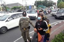 Pengamen Berbusaha Adat Kini Marak di Bali, Pol PP Ungkap Fakta Menarik - JPNN.com Bali