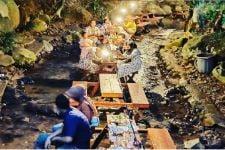 Wisata Sumber Biru Jombang Sajikan Suasana Makan di Tengah Sungai - JPNN.com Jatim