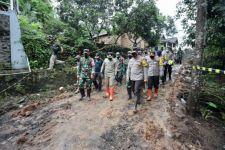 Kapolda Jatim Tinjau Upaya Pencarian Tanah Longsor di Ngajuk - JPNN.com Jatim