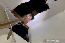 Polisi Bukan Mengusir Tikus di Plafon, Tetapi Ikhwan Pengedar Sabu-Sabu asal Surabaya - JPNN.com Jatim