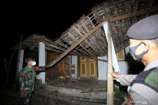 Plafon Salah Satu Kantor Polsek di Blitar Roboh akibat Gempa - JPNN.com Jatim