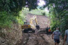 Sejumlah Alat Berat Dikerahkan Menyingkirkan Material Longsor di Lereng Gunung Wilis - JPNN.com Jatim