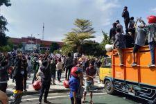Temui Demonstran Warga Madura, Wali Kota Eri Bilang Begini - JPNN.com Jatim