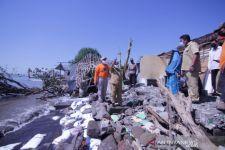 Belasan Rumah di Tepi Pantai Situbondo Rusak Parah akibat Diterjang Banjir Rob - JPNN.com Jatim