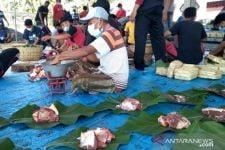 Peduli Lingkungan, Panitia Ganti Bungkus Daging Kurban dengan Daun Jati - JPNN.com Jatim