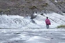 Fenomena Embun Es di Kawasan Bromo, Hamparan Pasir Bak Berselimut Salju - JPNN.com Jatim