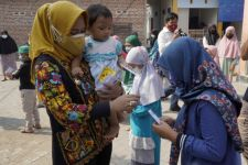 Ning Ita Menyisihkan Sebagian Gajinya untuk Sejumlah Anak di Mojokerto - JPNN.com Jatim