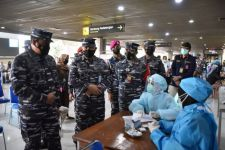 Satgas Covid-19 Bandara Juanda Dihampiri Sejumlah Orang Berseragam TNI AL, Hmm..... - JPNN.com Jatim
