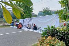 Hari Pertama Beroperasi, Akses RS Darurat GOR Indoor GBT Dipalang Warga - JPNN.com Jatim