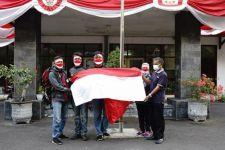 Tanpa Kirab, Bendera Merah Putih 'Raksasa' Dipasang di Bukit Klotok - JPNN.com Jatim