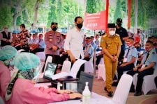 Presiden Jokowi Tinjau Vaksinasi Sekolah dan Pondok di Ponorogo - JPNN.com Jatim