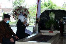 Rangkaian HUT ke-76 Jatim, Gubernur Khofifah Ziarahi Makam Bung Karno - JPNN.com Jatim