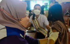 Miss Indonesia 2020 Carla Yules Menyemangati Warga Desa Mau Vaksin - JPNN.com