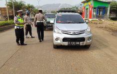 Pintu Masuk Pantai Anyer dan Cinangka Dijaga Ketat Polisi - JPNN.com
