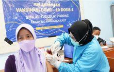 Vaksinator AAL Berikan Vaksin Dosis Kedua Kepada Pelajar SMK Al-Fudlola Sidoarjo - JPNN.com