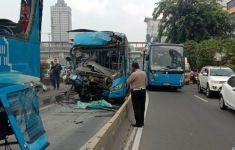 Detik-detik 2 Bus TransJakarta Bertabrakan, Korban Merasa Ada yang Janggal - JPNN.com