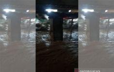 Malam Ini Banjir Melanda Banyumas dan Cilacap, Petugas Bersiaga - JPNN.com