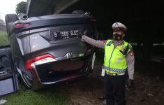 Mobil Honda CRV Terbalik di Kembangan, Lihat, Begini Kondisinya - JPNN.com