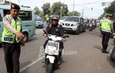 Puluhan Personel Polisi Pantau Pengendara di 3 Kawasan Ganjil Genap - JPNN.com