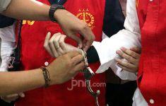 Berbuat Terlarang, Mbak WBR tak Berkutik saat Digerebek Polisi - JPNN.com