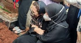 Hadir di Pemakaman Oddie Agam, Chintami Atmanegara Beri Kekuatan kepada Amafilia - JPNN.com