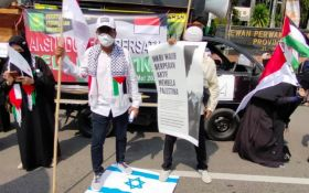 Ratusan Warga Gelar Aksi Bela Palestina di Depan Gedung DPRD Jawa Timur - JPNN.com Jatim